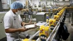 Una reciente encuesta del sector industrial reveló que el pobre desempeño se debe a la caída de la s ventas y demanda de los productos, como consecuencia de la drástica reducción del poder adquisitivo de los venezolanos y lahiperinflación.