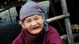 Một cụ già buôn bán ở chợ Đồng Xuân.
