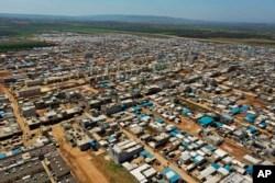 ترکی کی سرحد کے ساتھ شامی پناہ گزینوں کا ایک بڑا کیمپ۔ فائل فوٹو