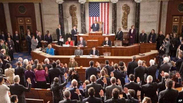 El reelegido presidente de la Cámara de Representantes, John Boehner, toma juramento a los nuevos miembros del cuerpo legislativo.