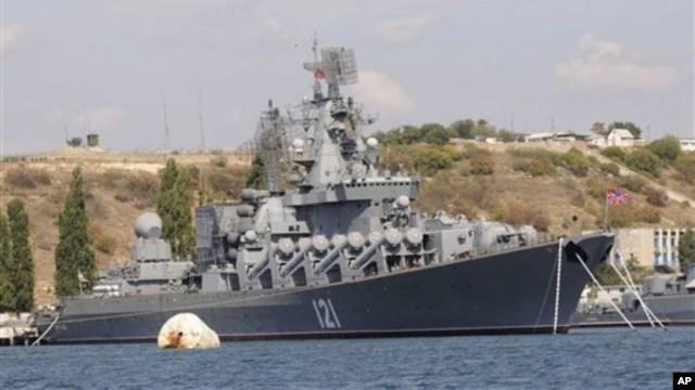 Tuần dương hạm mang tên lửa dẫn đường Moskva tại cảng Sevastopol.