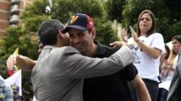 El líder opositor Henrique Capriles, está inhabilitado para ejercer funciones públicas, por orden del gobierno en disputa de Venezuela de Nicolás Maduro.