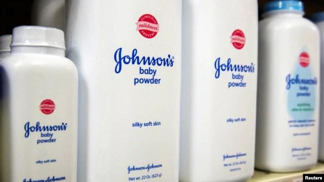Unas 22 mujeres y sus familias indicaron que el talco en polvo de Johnson & Johnson contiene asbesto, y esto contribuyó a su cáncer de ovario.