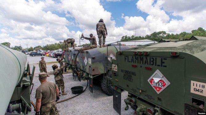 Vệ binh Quốc gia bang South Carolina vận chuyển dầu chuẩn bị bão Florence tại thành phố North Charleston, South Carolina, ngày 10/9/2018.