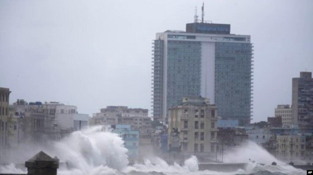 Sóng ập qua đên chắn biển ở Havana, Cuba, ngày 9 tháng 7, 2017.
