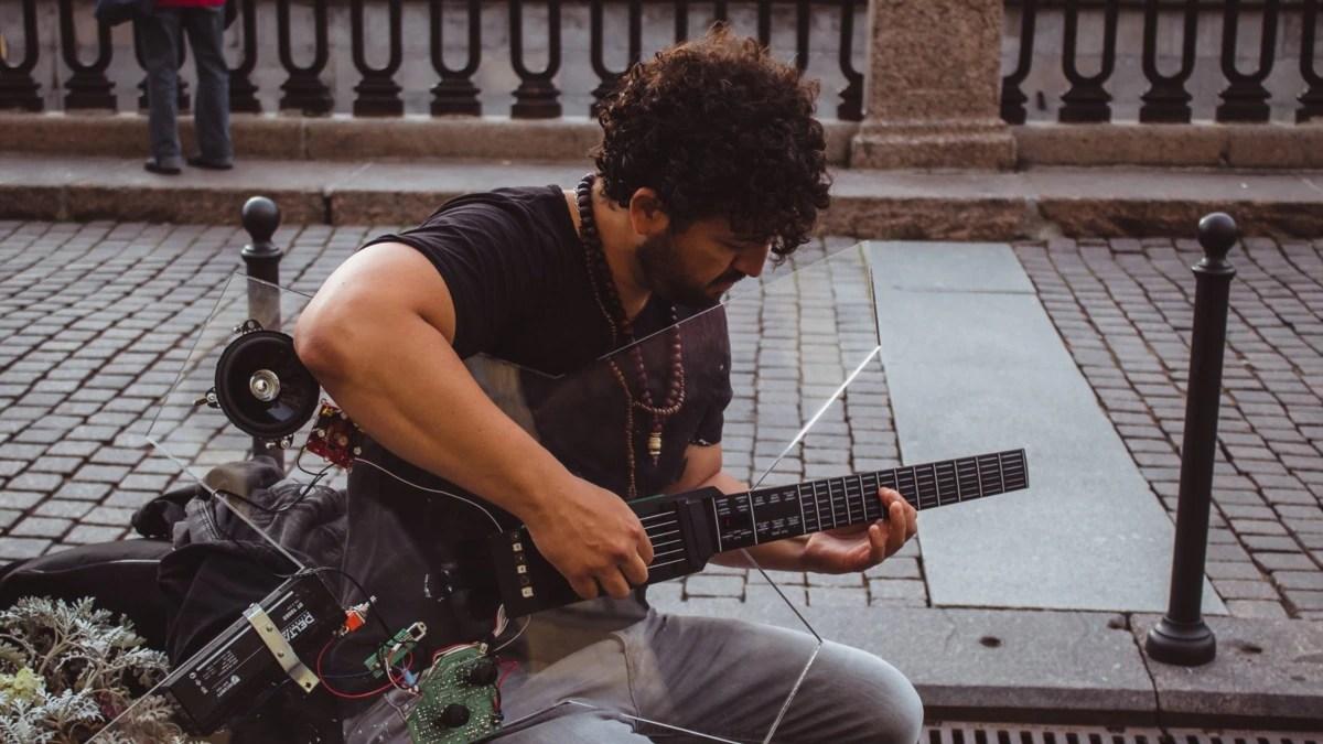 Senar Khusus Mungkinkan Penyandang Disabilitas Bermain Gitar