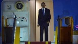 Tổng thống Obama bước ra từ Chuyên cơ Air Force One tại Sân bay Nội Bài ở Hà Nội, ngày 22/5/2016.