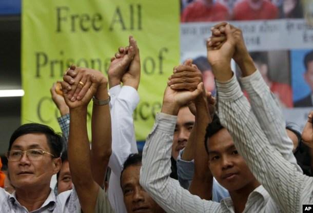 Cách thành viên của đảng đối lập (CNRP) tại trụ sở ở Phnom Penh ngày 27/5/2016.
