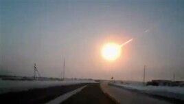 Kilatan meteror yang menuju wilayah Chelyabinsk, Rusia diambil dari Kostanai, Kazakhstan (15/2).
