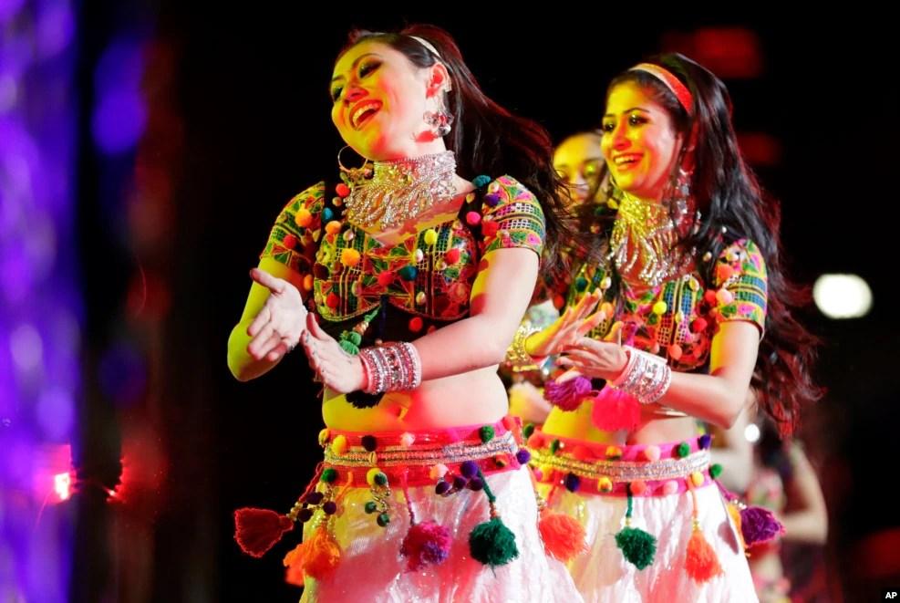 在共和党印度裔联盟举行的慈善活动中,宝莱坞演员表演舞蹈。川普在这次活动中发表了演讲
