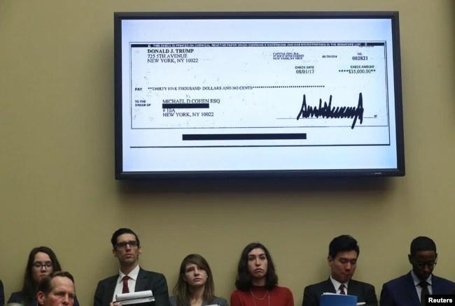 Durante la audiencia fue mostrado un cheque firmado por el presidente Donald Trump.
