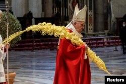 Paus Fransiskus memimpin Misa Minggu Palma di tengah pembatasan untuk meredam pandemi COVID-19 di Basilika Santo Petrus, Vatikan, Sabtu, 28 Maret 2021. (Foto: Giuseppe Lami/Pool via Reuters)