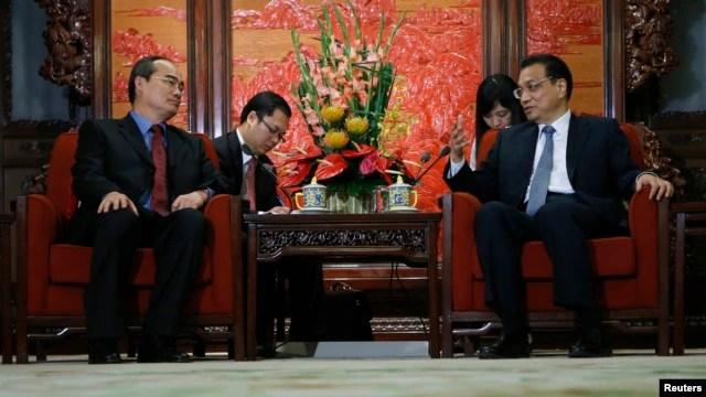 Phó Thủ tướng Việt Nam Nguyễn Thiện Nhân (trái) trong một cuộc họp với  Thủ tướng Trung Quốc Lý Khắc Cường tại Bắc Kinh.