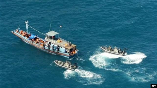 Hình do Bộ Nội vụ Australia cung cấp cho thấy tàu chở người tị nạn bị chặn bắt trong vùng biển phía bắc Australia.