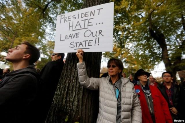 Un participante en la marcha en memoria de las víctimas del tiroteo de la sinagoga Árbol de la Vida, sostiene un cartel expresando su oposición al presidente de Estados Unidos Donald Trump, en Pittsburgh, Pennsylvania, el 30 de octubre de 2018. Reuters.
