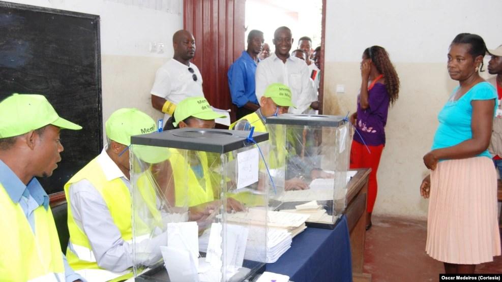 Mesa de voto em São Tomé e Príncipe