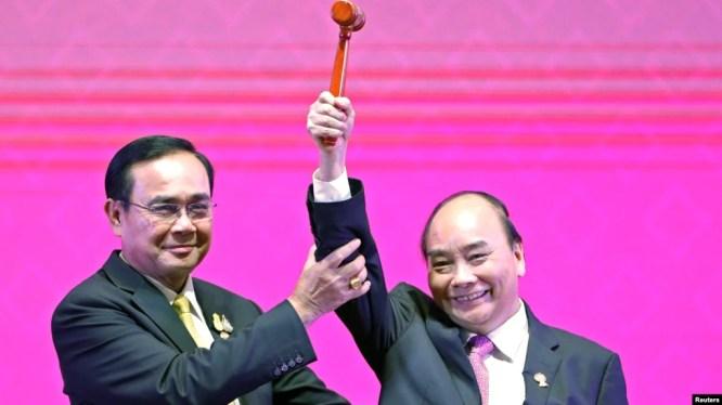 Thủ tướng Thái Lan Prayuth Chan-Ocha trao búa Chủ tịch ASEAN cho Thủ Tướng Việt Nam Nguyễn Xuân Phúc tại Lễ Bế mạc Hội nghị cấp cao ASEAN lần thứ 35 ở Bangkok, Thái Lan, ngày 4/11/2019.
