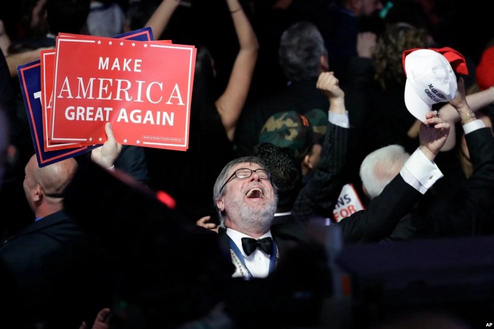 在美国大选之夜,纽约的川普支持者观看投票结果,欢喜若狂(2016年11月8日)