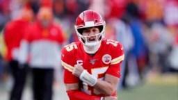 Patrick Mahomes, quarterback de los Chiefs de Kansas City, festeja tras lanzar un pase de anotación en la final de la Conferencia Americana ante los Titans de Tennessee, el domingo 19 de enero de 2020 (AP Foto/Charlie Neibergall)