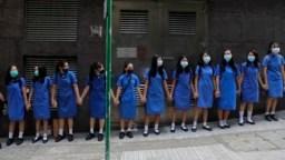 Estudiantes con máscaras se toman de las manos para rodear el St. Stephen's Girls' College en Hong Kong, el lunes 9 de septiembre de 2019.