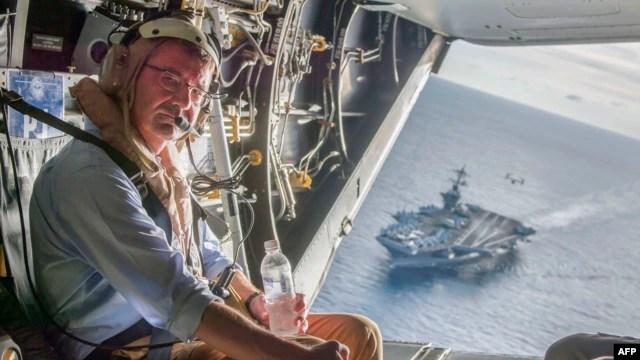 Bộ trưởng Quốc phòng Ashton Carter trên chiếc máy bay quân sự V-22 Osprey sau khi tới thăm hàng không mẫu hạm USS Theodore Roosevelt hôm 5/11/2015.