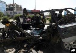 Personel keamanan Afghanistan memeriksa lokasi ledakan bom di Kabul, Afghanistan, Kamis, 3 Juni 2021. (AP)