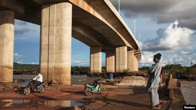 Tập đoàn Gezhouba của Trung Quốc xây dựng cây cầu ở Bamako, Mali, được khánh thành vào năm 2011.