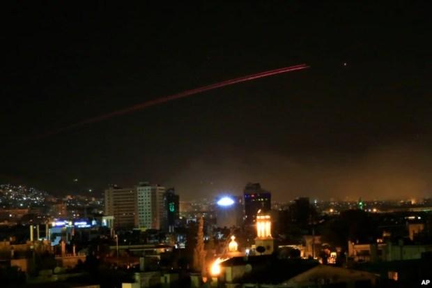 El cielo de Damasco iluminado por el fuego de misiles estadounidenses en diferentes partes de la capital siria, en las primeras horas del sábado 14 de abril de 2018.