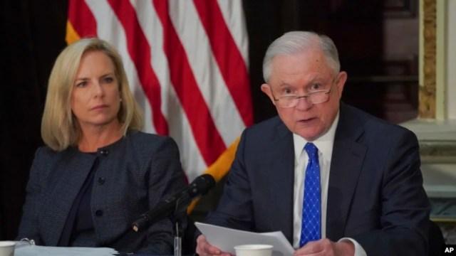 La secretaria de Seguridad Nacional, Kirstjen Nielsen, escucha al fiscal general, Jeff Sessions, hablar durante una reunión de la Comisión Federal de Seguridad Escolar, el 16 de agosto de 2018 en Washington.