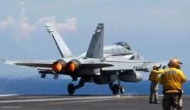 Chiến đấu cơ F/A 18 Hornet của Hải quân Mỹ cất cánh từ tàu sân bay USS Nimitz trong một cuộc tuần tra ở Biển Đông, tháng 5/2013.