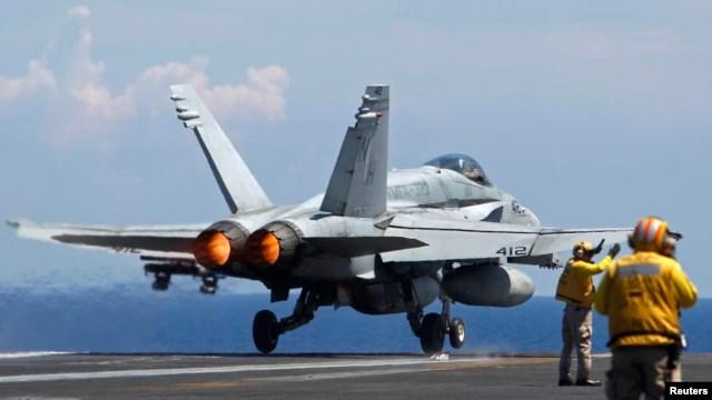 Chiến đấu cơ Super Hornet F/A-18 của Hải quân Mỹ cất cánh từ tàu sân bay USS Nimitz trong một cuộc tuần tra ở Biển Đông, ngày 23 tháng 5, 2013.