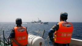 Cảnh sát biển Việt Nam theo dõi tàu Trung Quốc ở Biển Đông, ngày 15/5/2014.