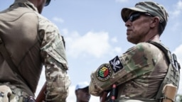 Un membre de l'unité de protection rapprochée de la République centrafricaine, le président Touadera, composé de membres de sociétés de sécurité privées russes de Sewa Security à Berengo, le 4 août 2018.