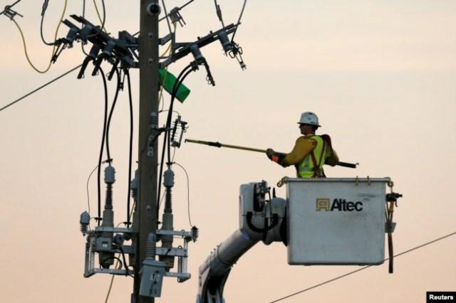 Personal de compañías eléctricas trabajan en Panama City, Florida, trabajan restaurando las líneas derribadas por el huracán Michael. Florida, Oct. 11, 2018.