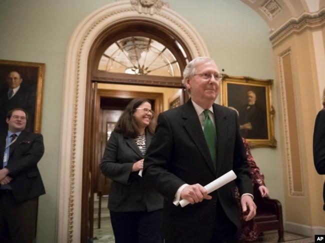 El líder de la mayoría del Senado Mitch McConnell, republicano por Kentucky, abandona la Cámara´de Representantes luego de anunciar un acuerdo en el Senado sobre un acuerdo presupuestario de dos años y casi $ 400 mil millones, en el Capitolio en Washington, el 7 de febrero de 2018.
