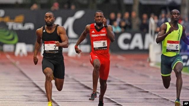 Tyson Gay (trái) trên đường chiến thắng cuộc đua 100m nam, dẫn trước Richard Thompson (giữa) của Trinidad và Tobago, và Jaysuma Saidy-Ndure của Na Uy tại giải Athletics Montreuil ở sân vận động Jean Delbert, Montreuil, Paris, 7/7/2014.