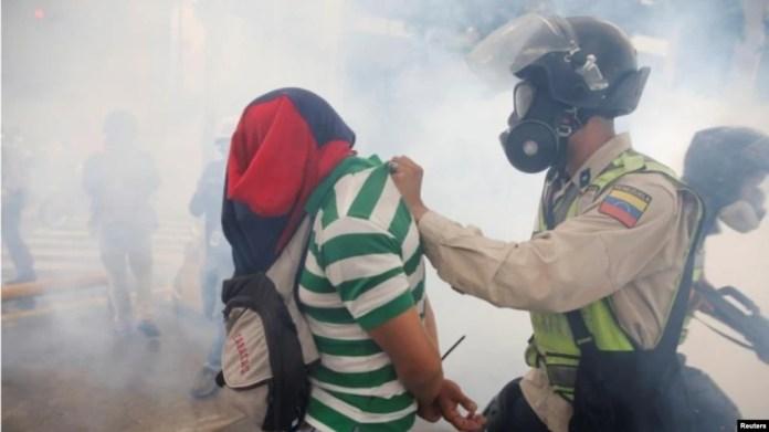 El director de la ONG Observatorio Venezolano de la Violencia, Roberto Briceño León, indicó que un policía fue asesinado diariamente en 2017 en el país latinoamericano.