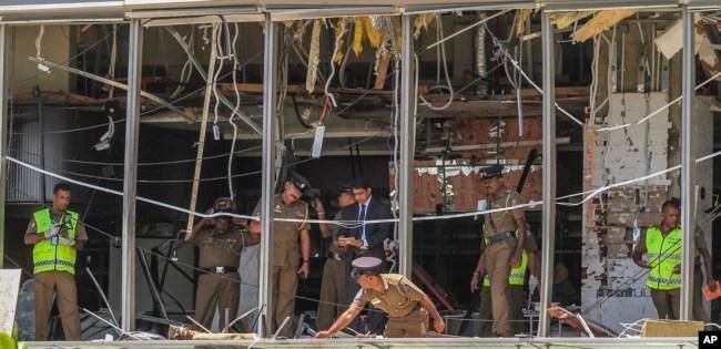 Un policía de Sri Lanka inspecciona el lugar de una explosión en el hotel Shangri-la en Colombo, el domingo 21 de abril de 2019.