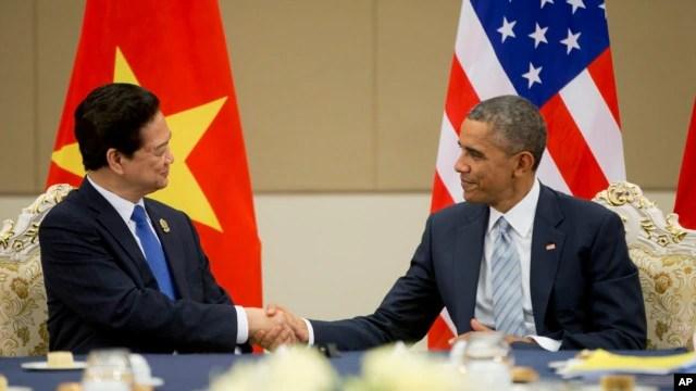 Tổng thống Mỹ Barack Obama bắt tay Thủ tướng Việt Nam Nguyễn Tấn Dũng trong cuộc họp tại Trung tâm Hội nghị Quốc tế Myanmar, ngày 13/11/2014.