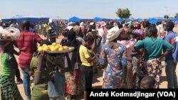 Women jostle at the market to ensure the family's daily food, September 12, 2021. (VOA / André Kodmadjingar)