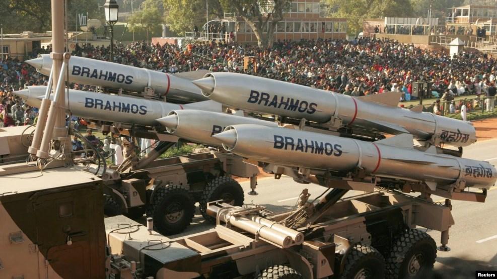 BrahMos là hệ thống tên lửa hành trình siêu thanh ứng dụng công nghệ tàng hình để chống hạm có tầm hoạt động 290 cây số, có thể phóng đi từ đất liền, từ máy bay, từ tàu chiến hoặc tàu ngầm.