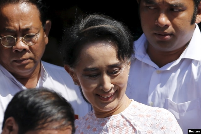 Myanmar's National League for Democracy party leader Aung San Suu Kyi leaves party headquarters after addressing supporters about the general elections in Yangon, Nov. 9, 2015. Her supporters on Monday were confident the party had won a landslide victory.