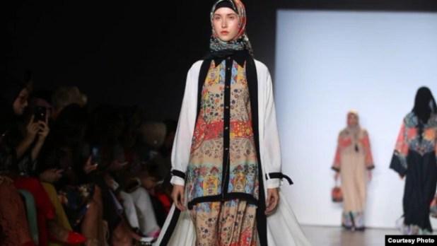 Busana Muslim Casual look rancangan Vivi Zubedi. (Courtesy IFG/VOA)