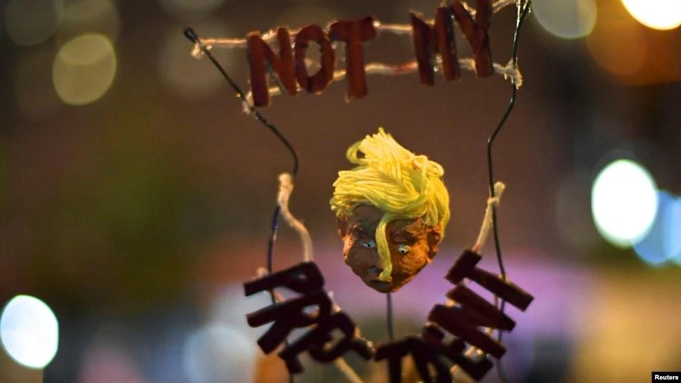 Halle Ballard, 23 tuổi, đội chiếc mũ này khi cô tham gia biểu tình phản đối để phản đối kết quả bầu cử tại Philadelphia, ngày 11 tháng 11 năm 2016.
