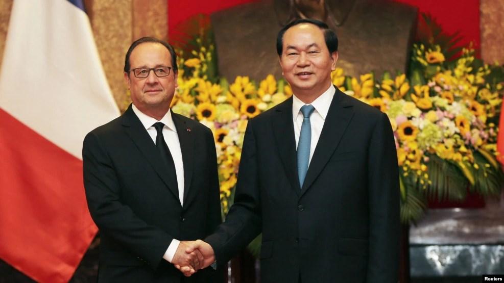 Tổng thống Pháp Francois Hollande (trái) và Chủ tịch Việt Nam Trần Đại Quang tại Phủ Chủ tịch ở Hà Nội, 6/9/2016.