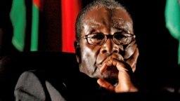 Una fuente de gobierno dijo que Mugabe, dijo a los negociadores que quería morir en Zimbabue y que no tenía planes de vivir en el exilio.