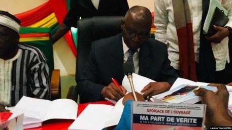 L'ancien président Jean-Baptiste Ouédraogo à la dédicace de son livre, Ouagadougou, le 10 février 2020. (VOA/Lamine Traoré)