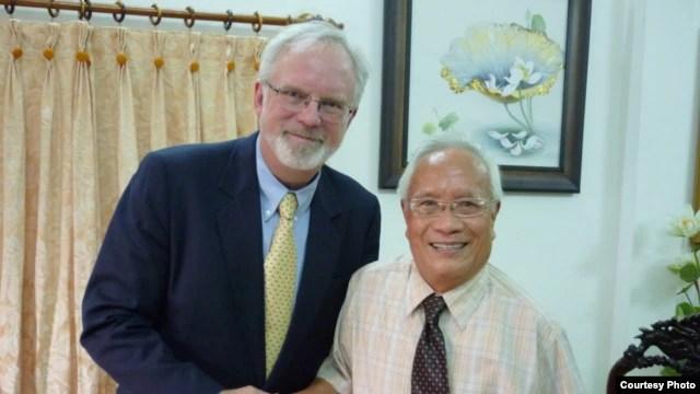 Đại sứ Mỹ tại Việt Nam David Shear gặp nhà bất đồng chính kiến Nguyễn Đan Quế tại Sài Gòn, ngày 17/8/2012.