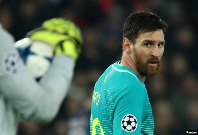 Lionel Messi joue contre le Paris St Germain au Parc Des Princes, Paris, France, le 14 février 2017.