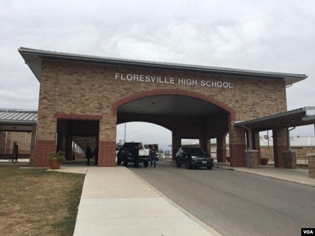 Floresville High School, cerca de Sutherland Springs, Texas, donde el vicepresidente de EE.UU. Mike Pence y su esposa Karen, participarán en una vigilia en memoria de las víctimas de la masacre en una iglesia de la comunidad. Foto: Gesell Tobías, VOA. Nov. 8, 2017.